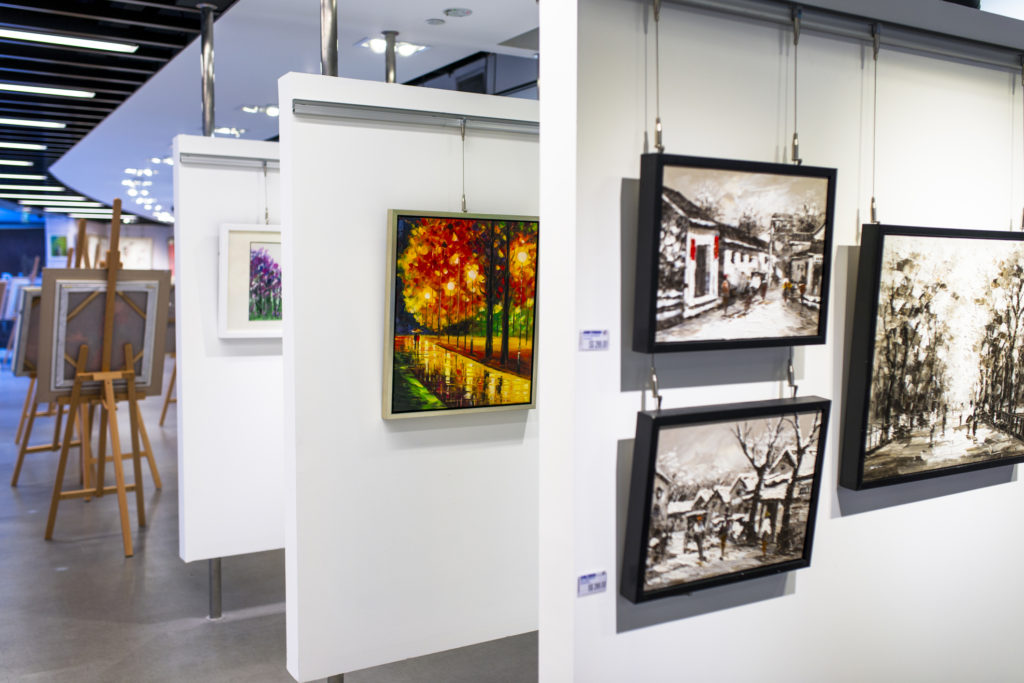 Art displayed in a gallery using suspension rails